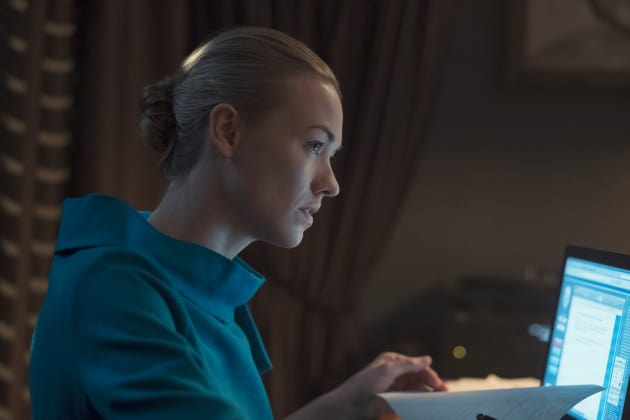 serena-at-work-the-handmaids-tale-s2e8